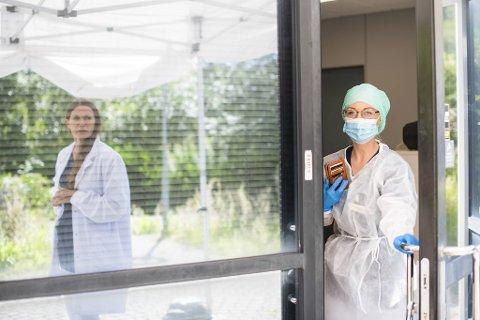 Lege Ida Rosvold ved Volvat medisinske senter i Laguneparken er blant dem som tester mange for korona. I vinduet ser vi daglig leder Randi Brudvik. (arkivfoto)