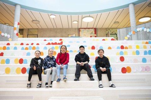 Landås skole har muligens Bergens lengste bokorm i aulaen. Fra venstre: Sina Aasebø (12), Helene Osen (12), Sara Chiche (12), Dennis Morken (12) og Karl Jordal (13).