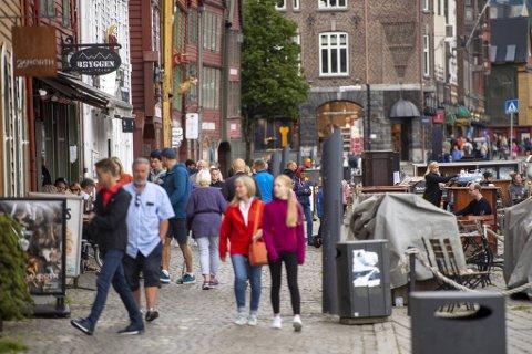 Bergens reiselivsnæring forventer at det også i sommer stort sett vil gå norske turister langs Bryggen.
