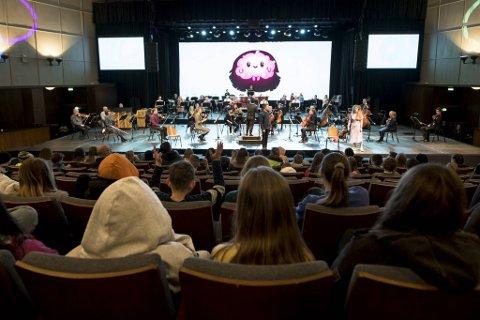 To hundre spente sjetteklassinger fra Minde, Lone, Nordnes, Kalvatræet og Møhlenpris skole er klare for konsert.