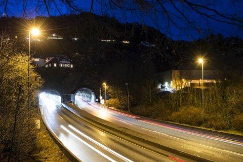 Eidsvågtunnelen var stengt torsdag ettermiddag. Flere biler skal ha ignorert det røde lyset som varsler stengingen.