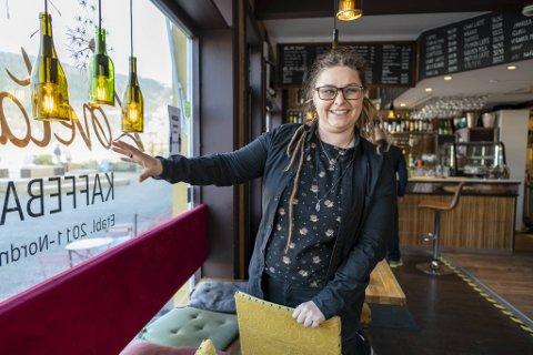 GIR SEG IKKE: Etter å ha gått konkurs i desember, gjenåpner Joanna Chichowska nå sin kafé på Nordnes. – Å drive denne kafeen gjør meg glad, og naboene elsker den. Det er verdt å kjempe for, sier eieren til BA.