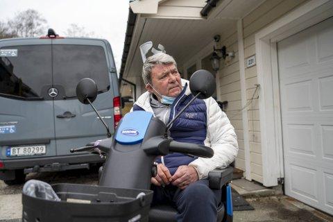 Lennart Rong er stille fortvilet etter å ha mistet fjernkontrollen til bilen som kan frakte både ham og scooteren hans.