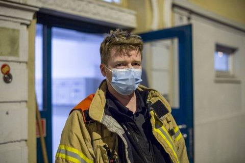 Utrykningsleder Lasse Westby i brannvesenet gikk raskt i gang med å begrense den akutte fasen av lekkasjen.