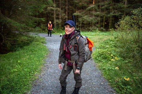 Linn Vassbotn Haukeland gjør seg klar for hjortejakt. Det gjør hun ofte med riflen på ryggen, og leppestiften i lommen.