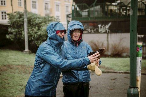 Janicke Agaberg (t.v.) og Inger Bjerga var begeistret over funnet søndag.