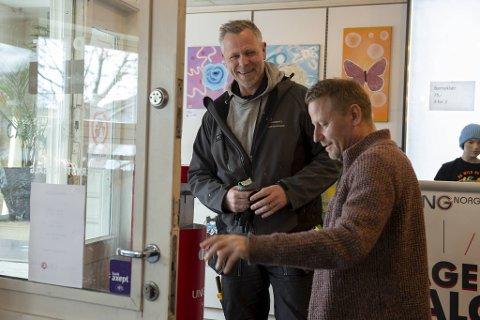 Da John Arne Nilsen (t.v.) leste at noen innbruddstyver hadde ødelagt inngangsdøren hos UngNorge og Arnulf Bjørnstad, klarte han ikke og la vær å hjelpe der han kunne.