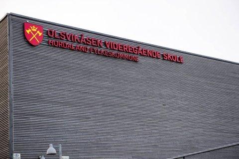 Ved Olsvikåsen videregående skole blir det hjemmeskole i uken som kommer, da det i påsken har blitt registrert 21 smittetilfeller blant elever og ansatte.