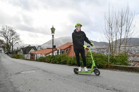 Bergen kommune mener den største utfordringen akkurat nå er at el-løperhjuloperatøren Ryde ikke følger retningslinjene. Her student Martin Ulland (24) i fint driv under BAs løperhjultest.