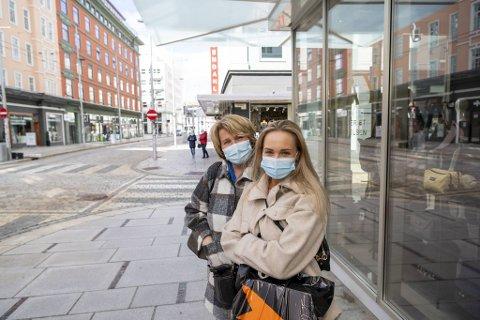 Mor og datter Lisbeth Kronkvist (t.v.) og Anna Myhrvold håper på en mer normal hverdag til sommeren.