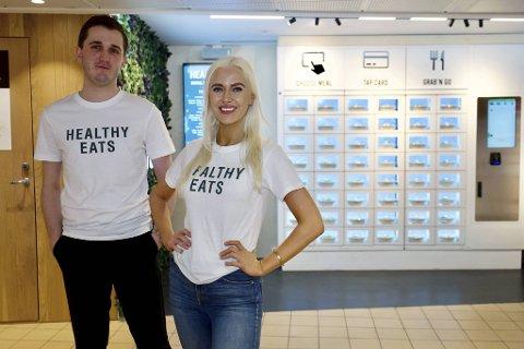 Arve Førland Eide og Vilde Regine Tellnes selger sunn mat til bergensere på farten, noe risikovillige investorer har fått øynene opp for. Her står de foran lunsjautomaten på Bergen Storsenter.