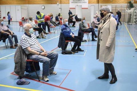 Helsebyråd Beate Husa er godt fornøyd med at vaksineringen har fått fart på seg i Bergen. Her fra Vadmyrahallen, der en åpnet opp for massevaksinering i den stille uken.