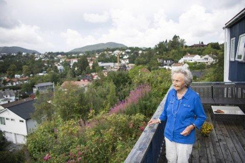 Anna Hylland som tidligere har fått med seg Osfest fra terrassen sin, håper nå at sønnens helt nye festival i byen blir gjennomført i august.