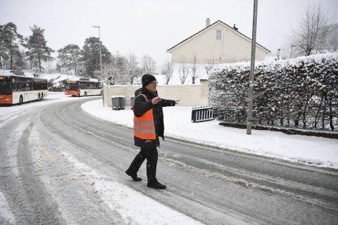 Bussjåfør Andrew Keenan dirigerer trafikken forbi bussene som ikke kommer seg verken opp eller ned til og fra Bønestoppen i Fyllingsdalen.
