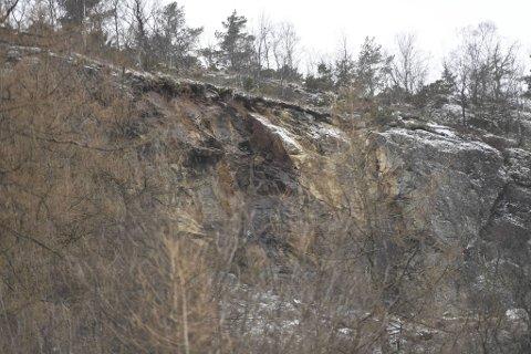 Det er en stor blokk som har falt ut fra fjellsiden.