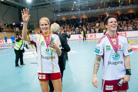 De tidligere Larvik-spillerne Gro Hammerseng-Edin (t.v) og Anja Hammerseng-Edin feirer etter cupfinalen i håndball i 2015.  Sistnevnte har hjulpet Eikanger-Bjørsvik med motivasjonen.