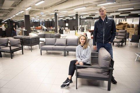 Grunnlegger Helge Eikeland ønsker ny butikkleder Tina Grimen velkommen til Oakland Fyllingsdalen. Neste uke åpner hun dørene for nye kunder.