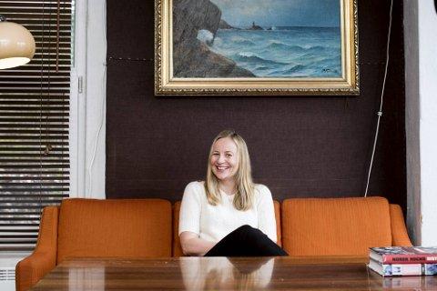 Christine Sandtorv i en sofa Duper studio. Fredag kommer en ny plate i Stjerneteller-serien hennes.