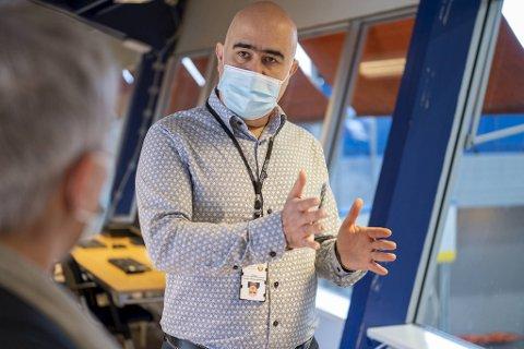 Hossein Tehrani er driftsansvarlig for vaksineringsstasjonene i Bergen. Han ber folk respektere karantenebestemmelsene.