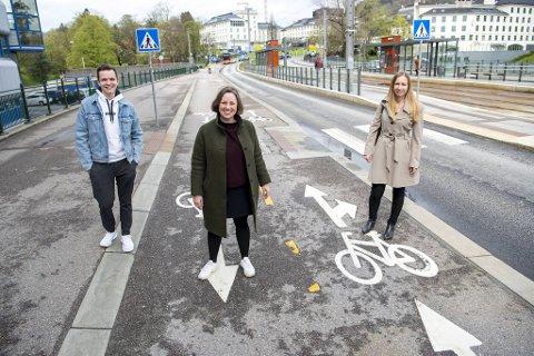 – Det er veldig bra og viktig at vi får prioritert sykkelveier, og at regjeringen viser vilje til det, sier Joel Ystebø (KrF). Her sammen med Charlotte Spurkeland (H) og Julie Andersland (V).