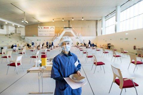 Bergen kommune sendte ved en feil tilbud om vaksine til rundt 50 bergensere som ikke var prioritert. Her er sykepleier Grete Augestad som jobbet med vaksinestasjonen i Sentralbadet.