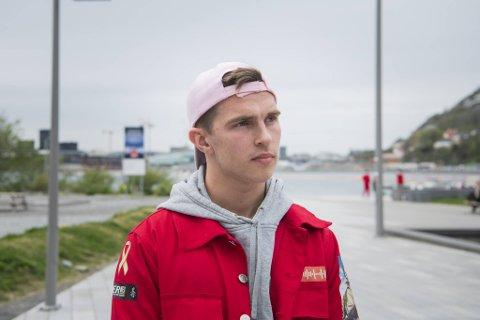 Tillitsvalgte Eskil Meling (18) på Metis videregående skole synes det er greit at statsminister Erna Solberg prioriterer russen i vaksinasjonskøen dersom myndighetene frykter oppblomstring av covid-19 i denne aldersgruppen.