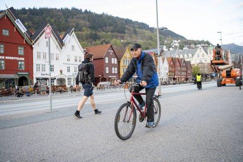 Nå endres trafikkreglene slik at du ikke lenger har lov å råkjøre forbi fotgjengere på fortau og gangvei. Henning Hjartåker synes den nye fartsgrensen på 6 km/t er spiselig.