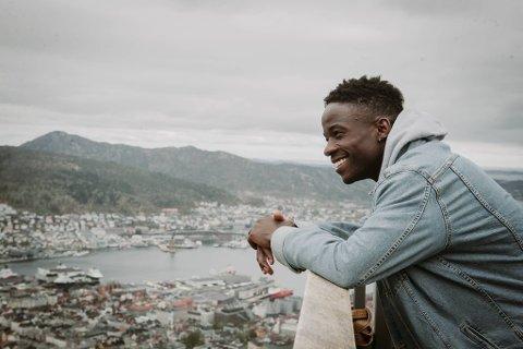 På toppen av Fløyen finner artist Cone Jr roen til å tenke gjennom livet.