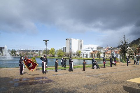 På 17. mai i år vil både regnbyger og solen ta en tur innom byen.