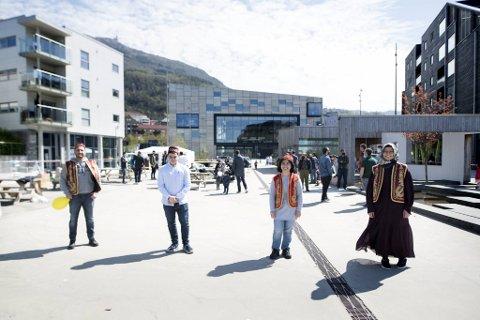 Noman Uskudar (t.v.) bidro frivillig til arrangementet sammen med Sami Cenkci, Menekse Bati og Ayse Bildik.