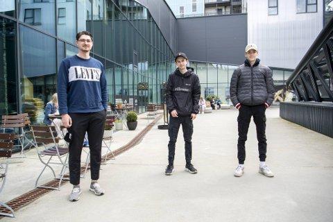 Theodor Ramskeid (19) (f.v.), Christoffer Rundhovde (20) og Johnas Iversen (18) skulle ønske de slapp smittevernregler, men prøver å følge dem.