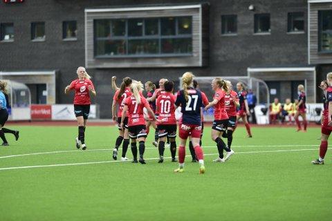 Arna-Bjørnar-spillerne jubler etter Meryll Abrahamsens seiersmål.
