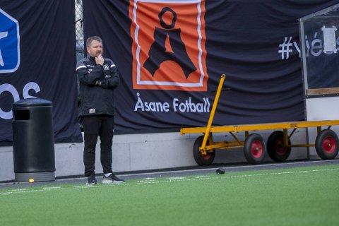 Åsane-trener Morten Røssland var ikke nådig etter tapet mot Fredrikstad. Verst gikk det utover dommeren.