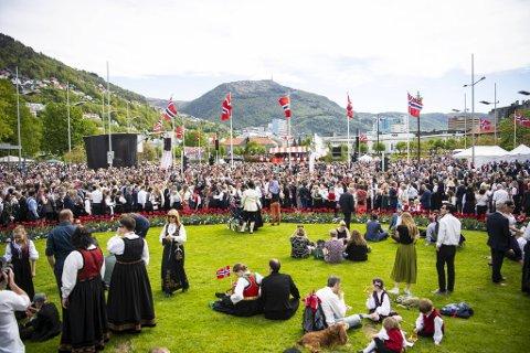Slike forsamlinger blir det ikke å se på nasjonaldagen i år, men 17. mai-stemning blir det uansett.
