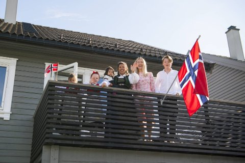 Familien Houge og familien Krokeide nyter en rolig frokost hjemme på 17. mai.