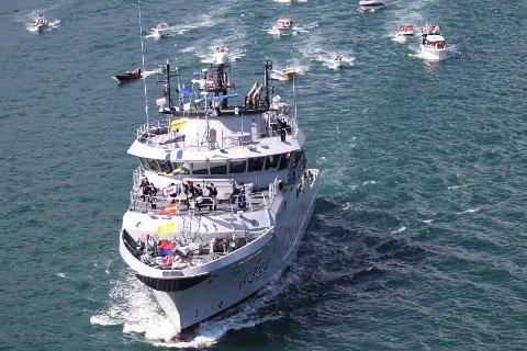 Kystvaktskipet «Tor» ledet båtparaden sammen med «Statsraad Lehmkuhl».