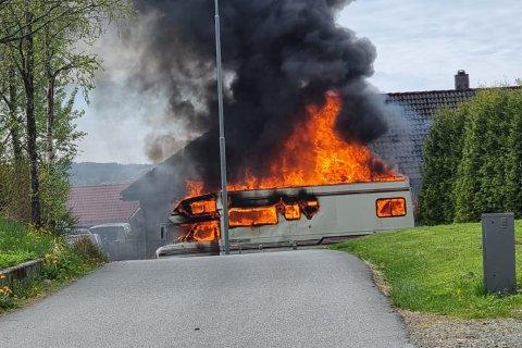 En person ble kjørt til legevakten etter at det begynte å brenne i en bobil på Frekhaug i Alver kommune.