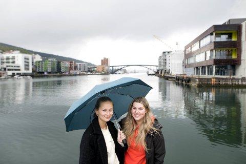 Bergensstudentene (fra v.) June Sæther og Ida Lutro drømmer om å kjøpe seg moderne leilighet her i Damsgårdssundet eller på Dokken når de er ferdig utdannet. Men 20-åringene er skremt over de skyhøye boligprisene.