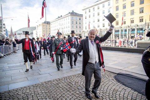 17.mai-feiringen i Bergen byr på det meste – også pomp og prakt. Nasjonaldagen i 2017 ble tradisjonen tro feiret med mange mennesker i sentrum for å se prosesjonene – her representert ved  Erik Næsgaard i 17. mai-komiteen.
