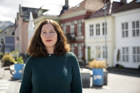 Forfatter Hilde K Kvalvaag har skrevet om det totale mørket som omsluttet henne og familien etter tapet av sønnen. Hun håper historien hennes kan gi andre kraft og styrke.