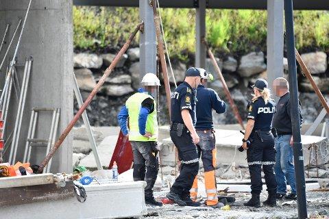 Politiet på byggeplassen etter arbeidsulykken.