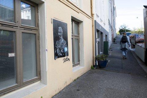 Natt til fredag satte gatekunstneren Dust opp dette kunstverket ved SV-fakultetet.