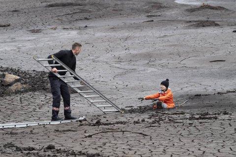 Onsdag måtte 12 år gamle Kristina Guddal reddes opp av brannvesenet etter å ha satt seg fast i gjørme.