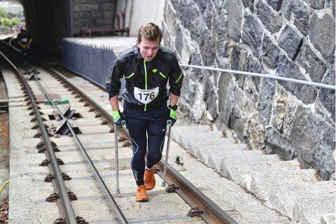 Magnus Eide fikk seg en psykisk knekk i høst, da han ble «bundet» til sofaen etter en hofteskade. Men 21-åringen snudde på tingene, og sist uke løp han Fløibanen Opp på krykker!