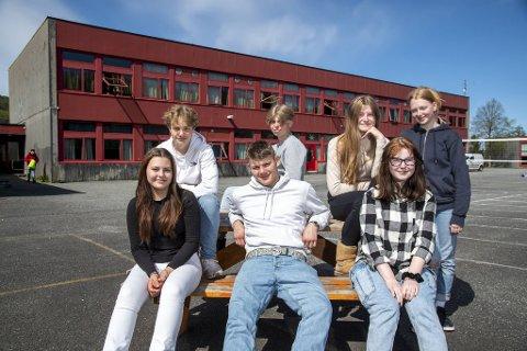Foran fra venstre: Thea Haugen (15), Tommy Mostrøm (15), Frida Runge (15). Bak fra venstre: Magnus Mjelde (16), Emil Hansen (16), Ida Schutz Segbø (15) og Vilde Rosenlund Bøe (15) har alle opplevd noen utfordringer med vennskap under korona.
