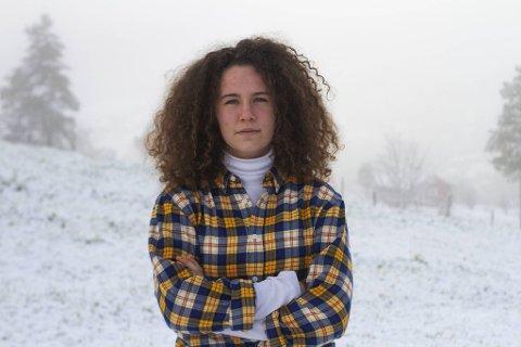 Påtroppende leder for Elevorganisasjonen i Vestland, Laura Wanvik, kjemper for at regjeringen skal avvikle eksamensordningen.