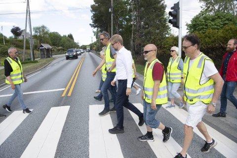 Her aksjonerer Roger Valhammer sammen med beboerne i Åsane.