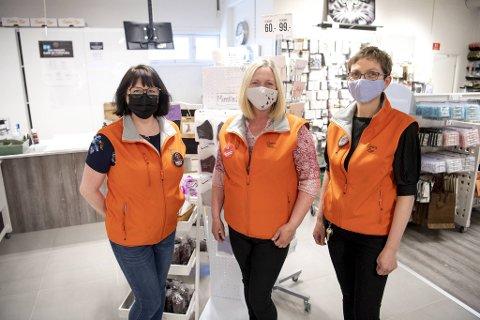 Fra venstre: Brith Bech, Tone Mellingen og Therese W. Olsen på Løiten lys på Åsane storsenter kommer til å fortsette å bruke munnbind også etter at påbudet oppheves.