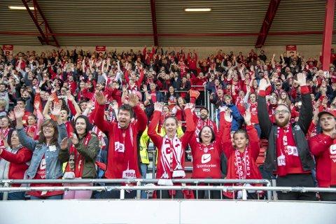 Blant supporterne hagler meldingene mot klubbens daglige leder Vibeke Johannesen, men lederne for Brann-fansen mener en må se på det som skjer på banen, ikke på kontorene.