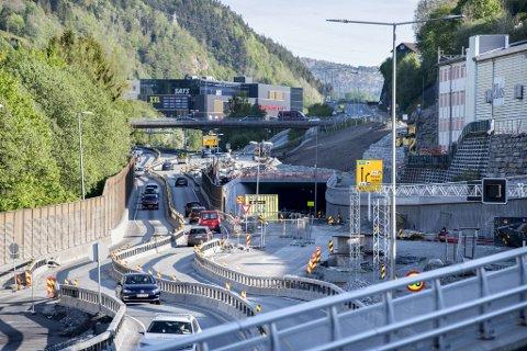 Slik ser det ut ved Lagunen nå. Etter åpning vil det meste av trafikken som ikke skal til kjøpesenteret, gå forbi i tunnel.